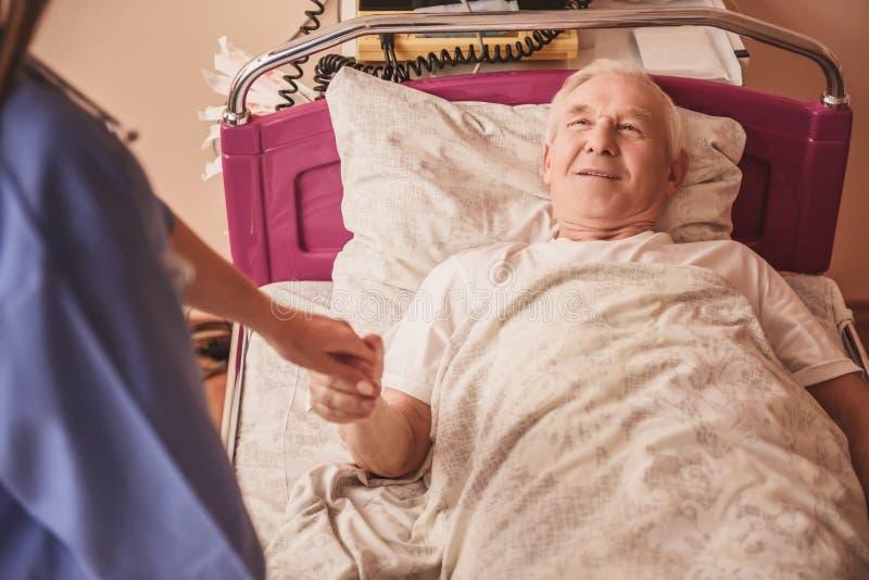 Alter Mann im Krankenhaus lizenzfreies stockfoto