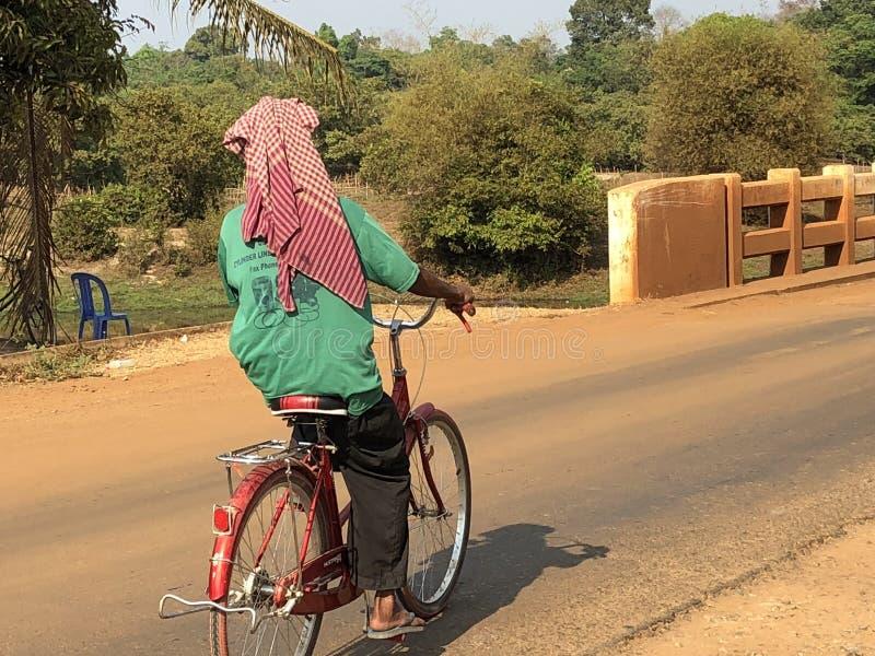Alter Mann Kambodschas Siem Reap auf Fahrrad stockfotografie