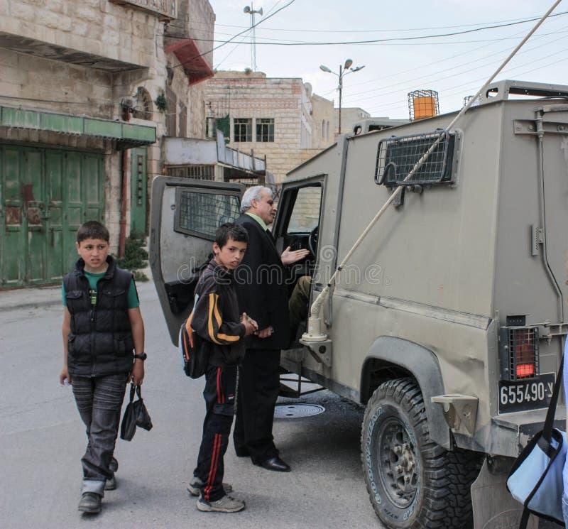 Alter Mann am militärischen beweglichen Kontrollpunkt im Westjordanland oder in Gaza stockbild