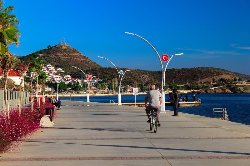Alter Mann mit einem Fahrrad stockbild