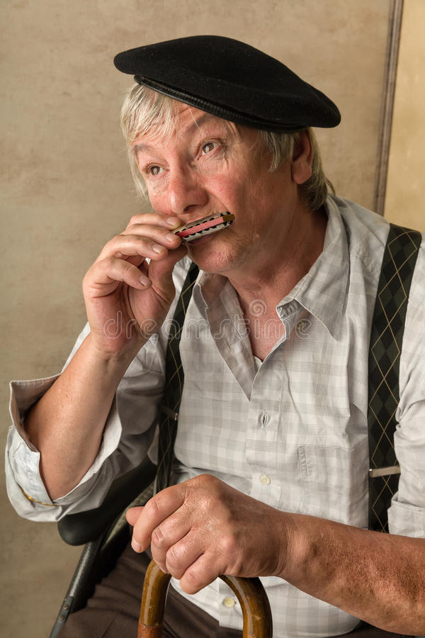 Alter Mann mit Harmonika lizenzfreie stockbilder