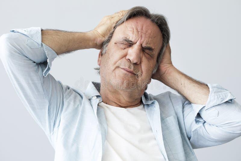 Alter Mann mit Kopfschmerzen lizenzfreie stockbilder