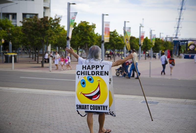Alter Mann mit Logo ` glücklichem Kind-` an stockfotos