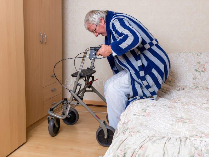 Alter Mann mit rollator lizenzfreie stockfotos