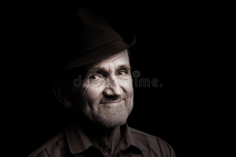 Alter Mann mit schwarzem Hut stockfoto