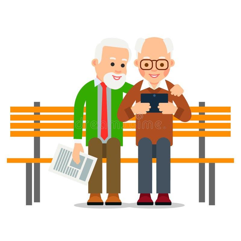 Alter Mann mit Tablette Zwei ältere Männer sitzen auf Bank und lächelnden aufpassenden Nachrichten auf Schirm des digitalen Gerät stock abbildung