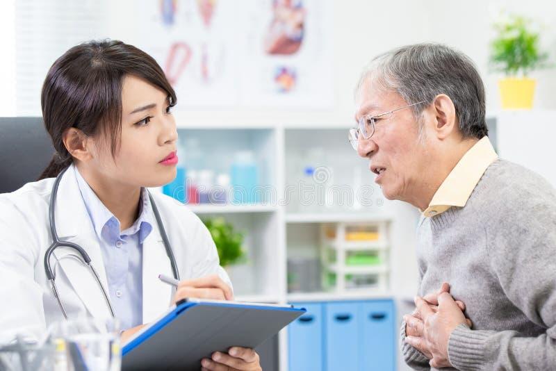 Alter Mann sehen die Ärztin lizenzfreie stockfotografie
