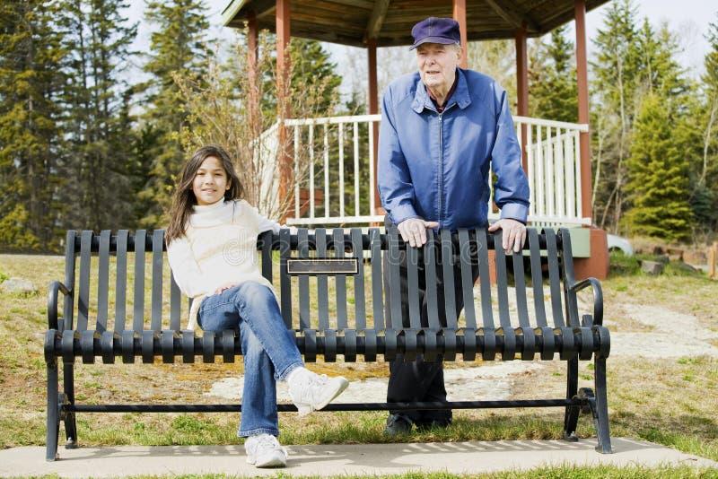 Alter Mann und Enkelin stockfotografie