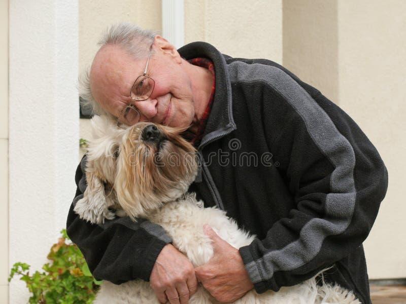 Alter Mann und sein Hund lizenzfreies stockbild