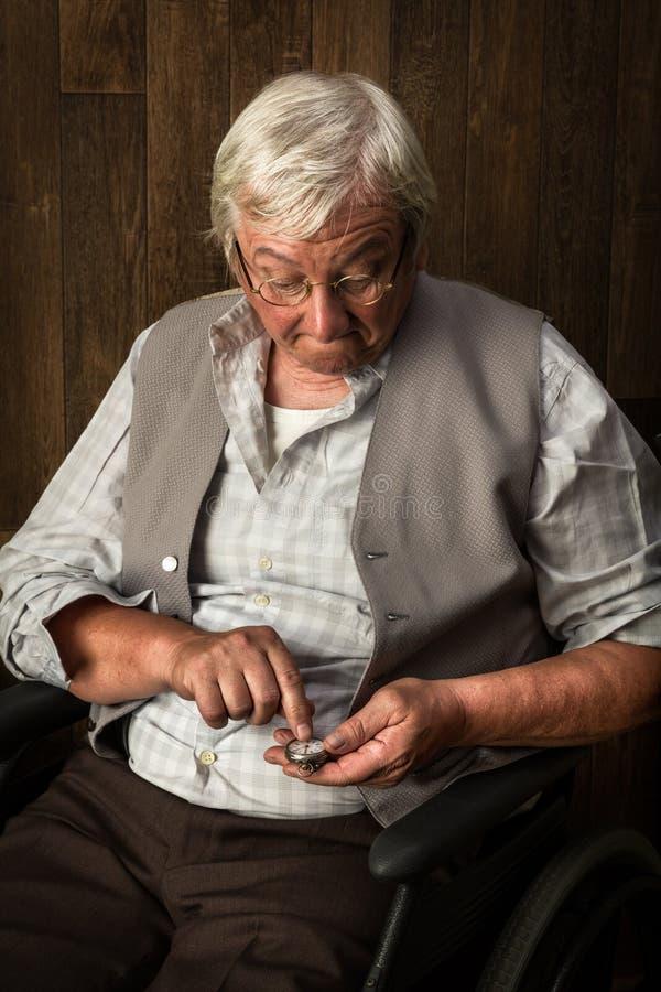 Alter Mann und Taschenuhr stockfoto