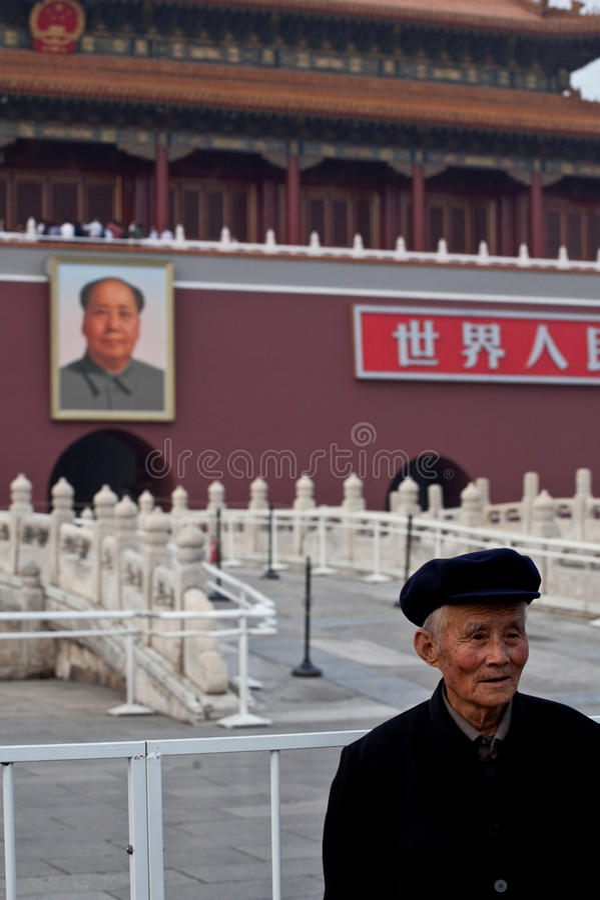 Alter Mann und Vorsitzendermao-Portrait stockfotos