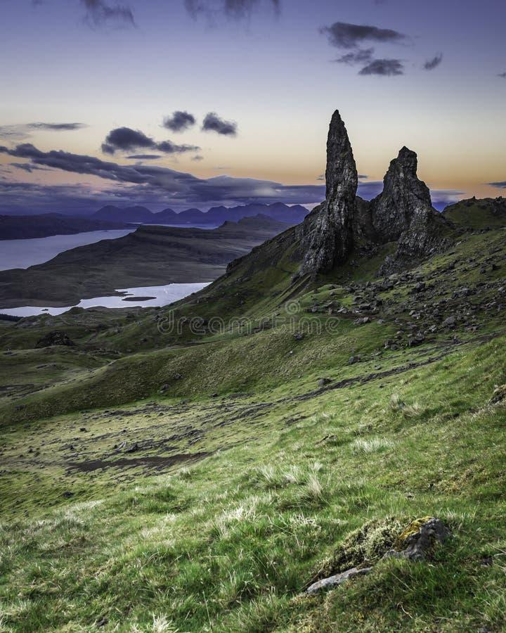 Alter Mann von Storr fotografierte in der D?mmerung Ber?hmter Markstein auf Insel von Skye, Schottland stockbild