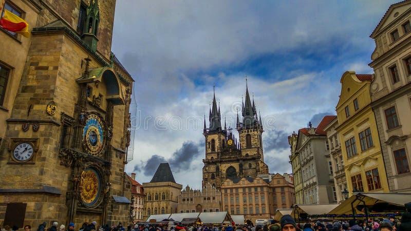 Alter Marktplatz-Tschechische Republik Prags und astronomischer Glockenturm zur Weihnachtszeit lizenzfreie stockfotografie