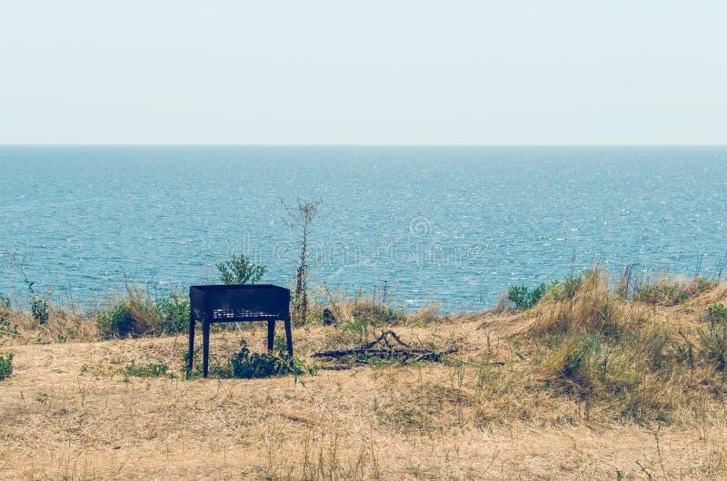 Alter Messingarbeiter auf dem Meer verlie? nach einem Picknick lizenzfreie stockfotografie