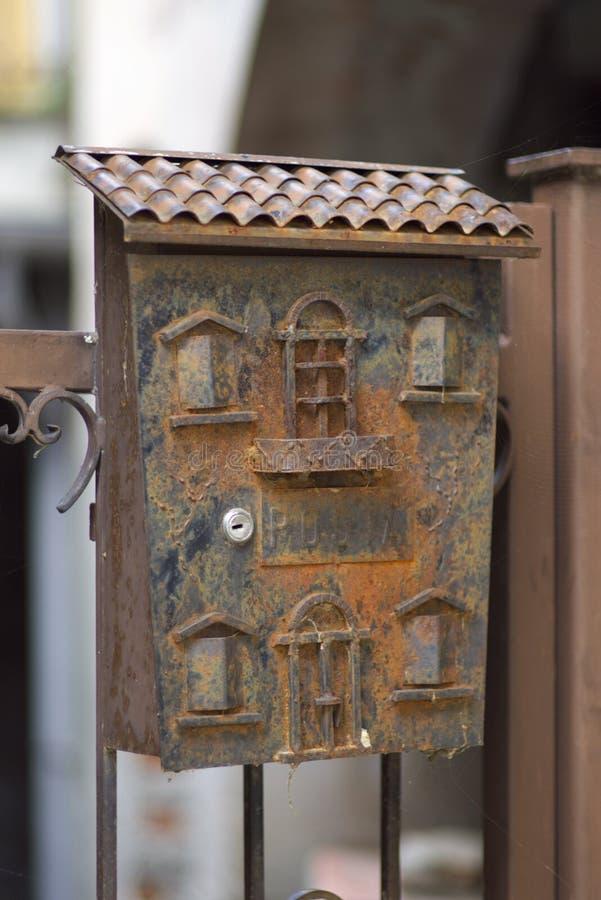 Alter metallischer Postbox lizenzfreies stockfoto