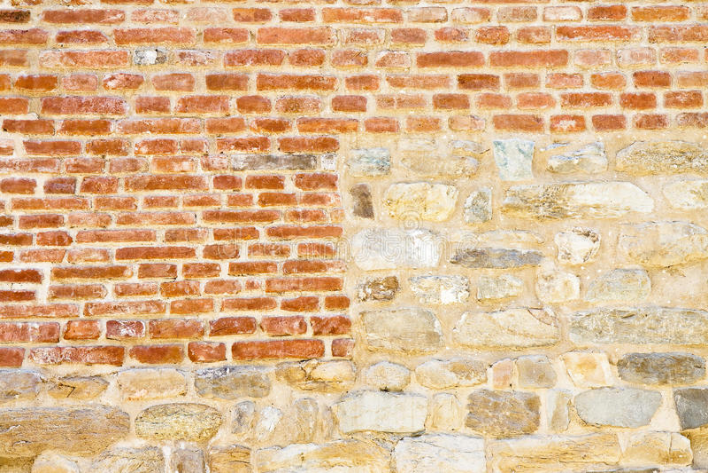 Alter mittelalterlicher italienischer Stein und Backsteinmauer stockbilder