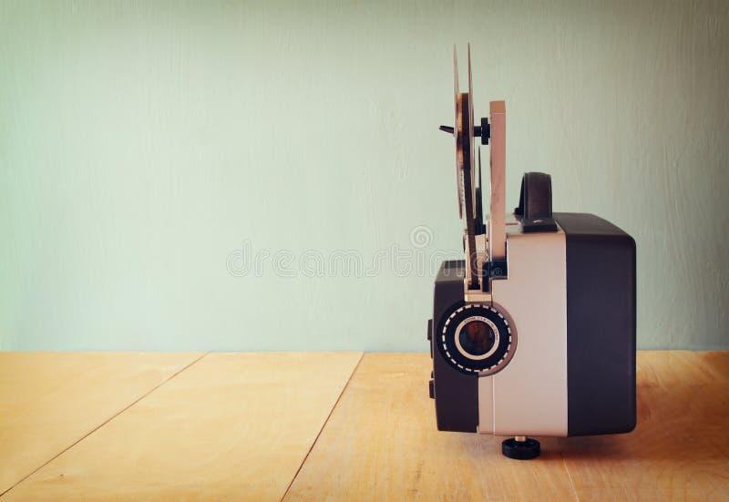 alter 8mm film projektor ber holztisch und strukturiertem. Black Bedroom Furniture Sets. Home Design Ideas