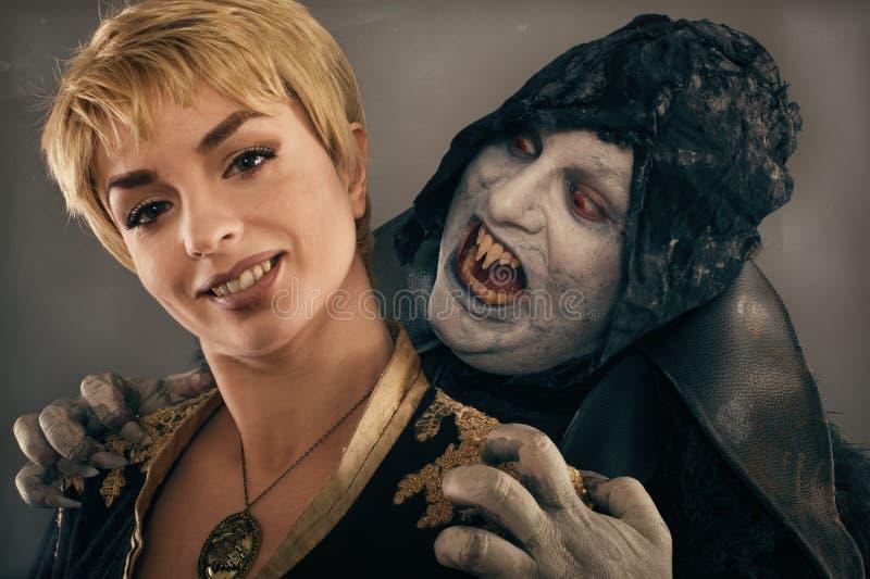 Alter Monstervampirsdämon beißt einen Frauenhals Halloween fant lizenzfreie stockbilder