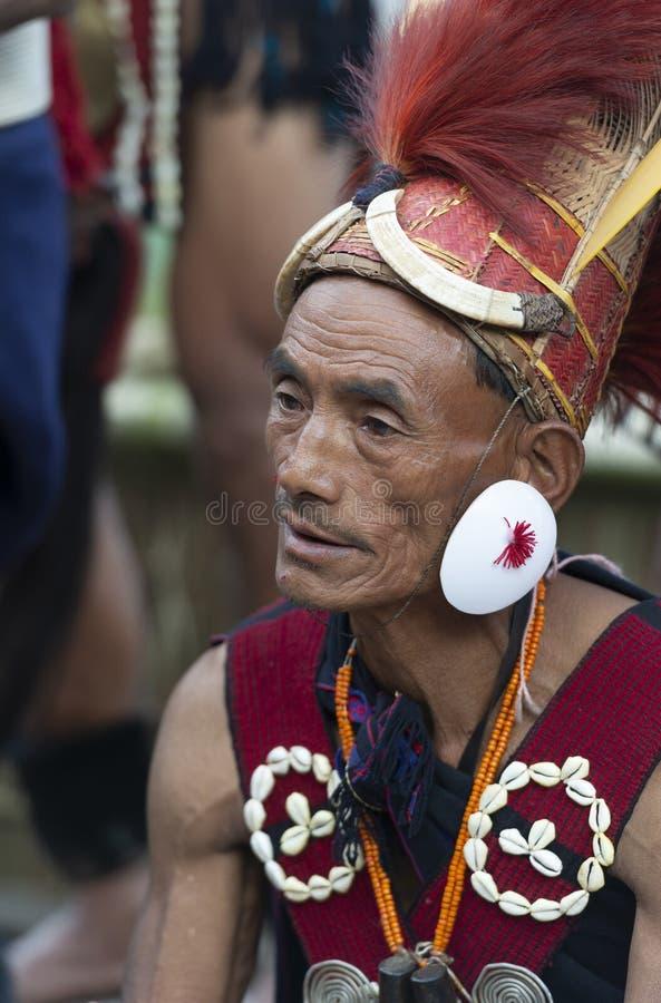 Alter Naga-Stammes- Mann am Hornbillfestival, Kohima, Nagaland, Indien am 1. Dezember 2013 lizenzfreie stockfotos