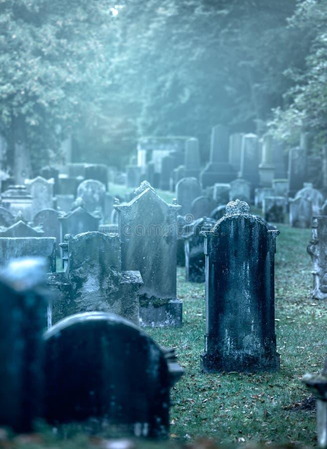 Alter nebelhafter Friedhof lizenzfreie stockfotografie