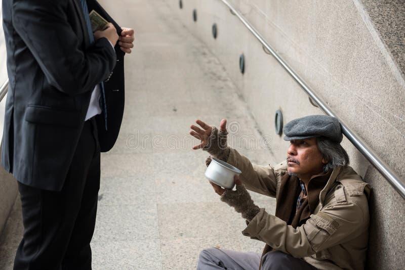 Alter obdachloser Mann um Geld bitten lizenzfreies stockfoto