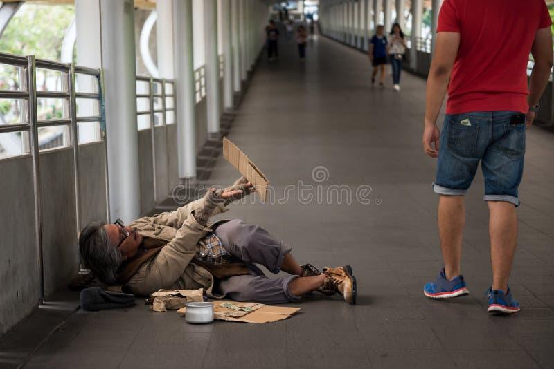 Alter obdachloser Mann um Geld bitten lizenzfreies stockbild