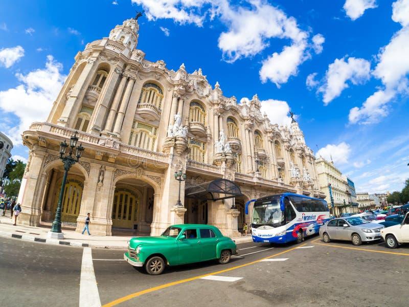 Alter Oldtimer nahe bei dem großartigen Theater von Havana lizenzfreies stockfoto