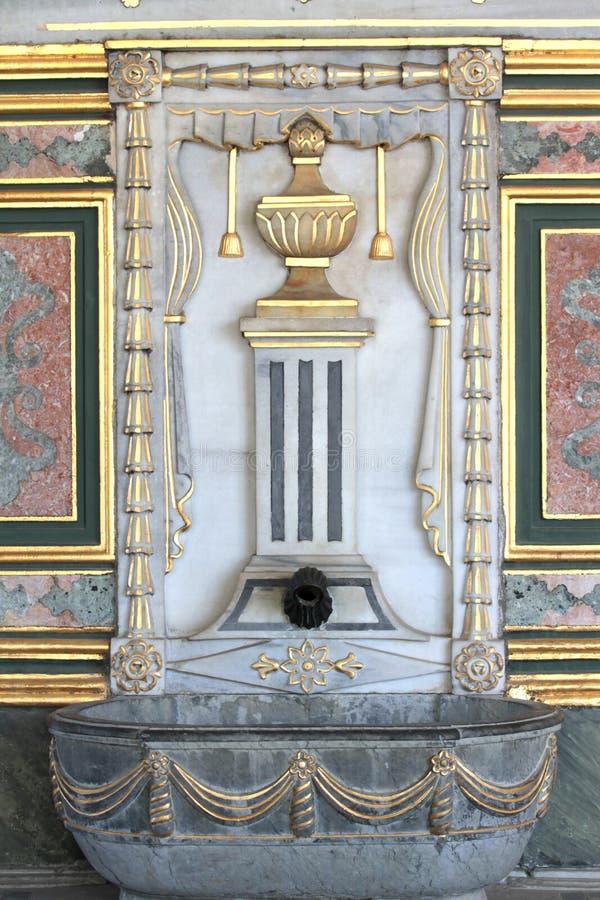 Download Alter Osmanepalastbrunnen. stockfoto. Bild von gold, metall - 26363478