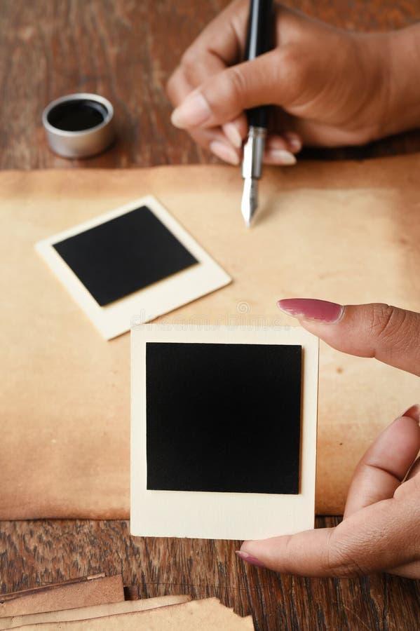 Alter Papier- und Stift-, Tinten- und Fotorahmen stockfotos