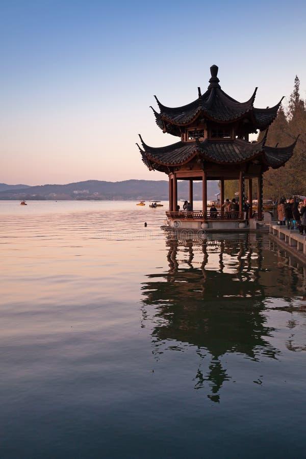 Alter Pavillon des traditionellen Chinesen, Westsee, Hangzhou lizenzfreie stockbilder