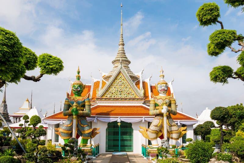 Alter Pavillon mit riesigen Statuen in Wat Arun-Garten, Temple of Dawn, Bangkok, Thail?nder lizenzfreies stockbild