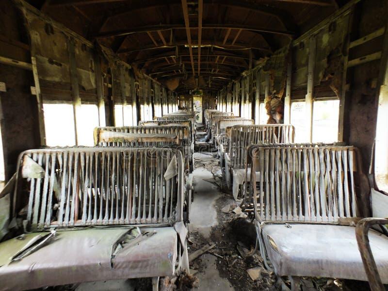 Alter Personenkraftwagen mit zerstörten Sitzen stockbilder