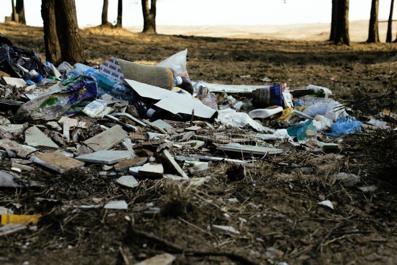 Alter Plastikabfall im Wald, großer Berg mit niemandem Sorgfalt der Natur, modernes Umweltabfallkonzept lizenzfreie stockbilder