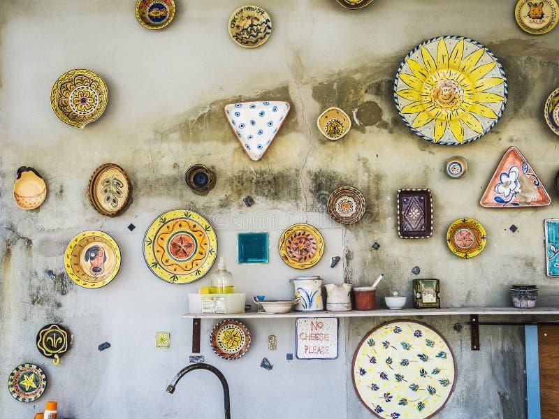 Alter Porzellan Dishware, der an der Wand hängt lizenzfreies stockfoto