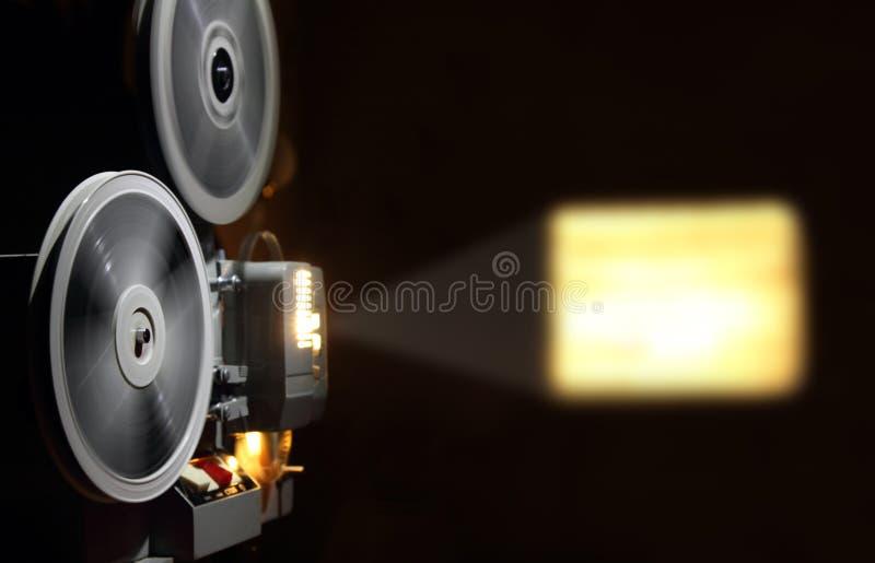 Alter Projektor, der Film zeigt lizenzfreie stockfotos