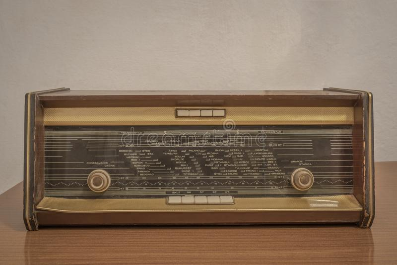 Alter Radio auf einem Holztisch lizenzfreies stockbild