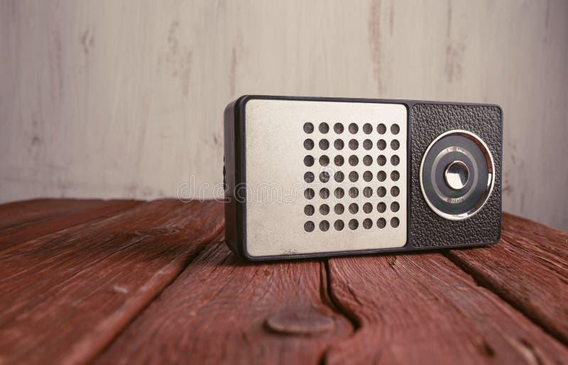Alter Radio auf hölzernem Hintergrund stockbild