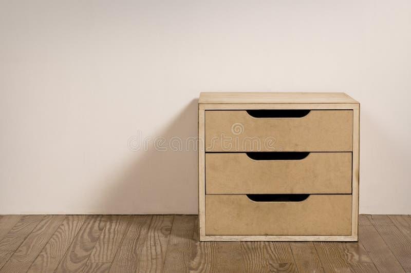 Alter Rauminnenraum mit Kastenfach. lizenzfreie stockfotos