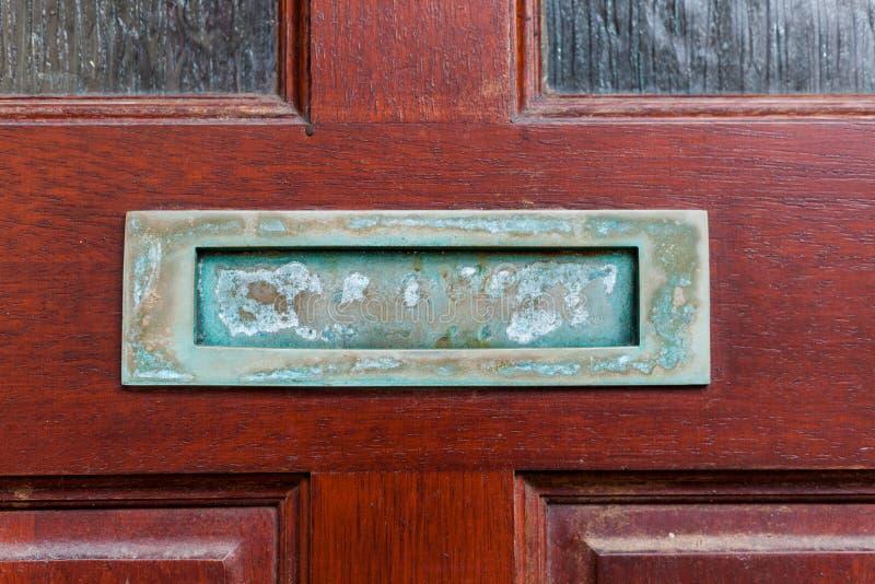 Alter Retro- Briefkasten auf den Holztüren Loch auf den Holztüren für Post Kommunikationskonzept mit Briefkasten auf dem alten stockfotografie