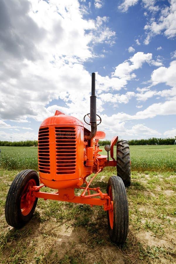 Alter Retro- Traktor stockfotografie