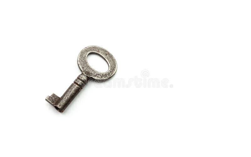 Alter rostiger antiker Schlüssel auf weißem Hintergrund stockbild