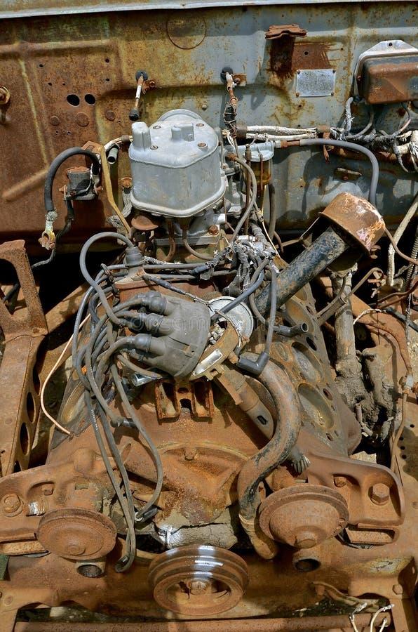 Alter rostiger Automotor stockfoto. Bild von wiedergewinnung - 92713622