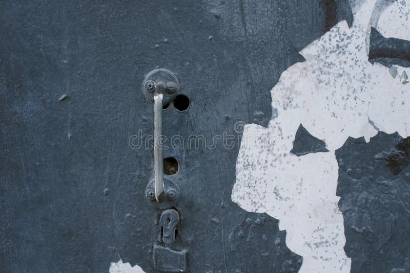 Alter rostiger dünner Griff auf einer Retro- Tür lizenzfreie stockbilder