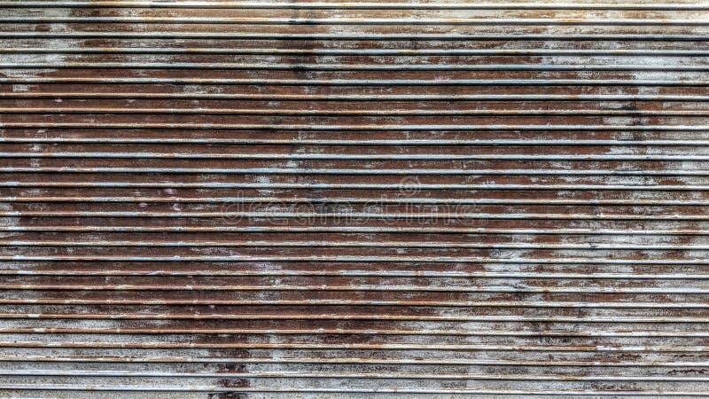 Alter rostiger Eingang eines Industriegebäudes stock abbildung