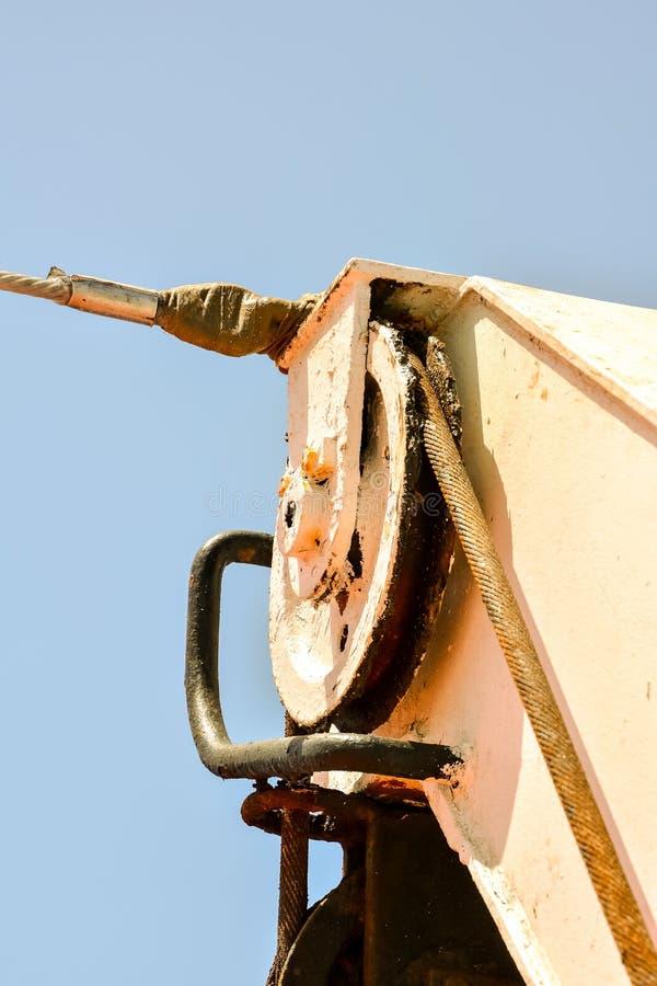alter rostiger Flaschenzug und Seil, digitales Fotobild als Hintergrund lizenzfreies stockbild
