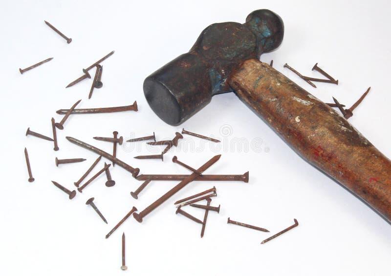 Alter rostiger Hammer und Nägel lizenzfreie stockfotografie
