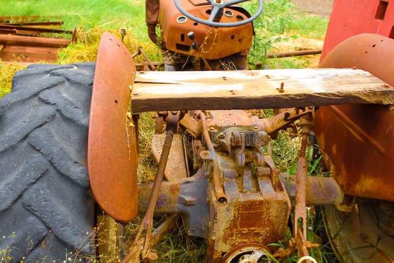 Alter rostiger Traktor im Bauernhof, lizenzfreie stockfotografie