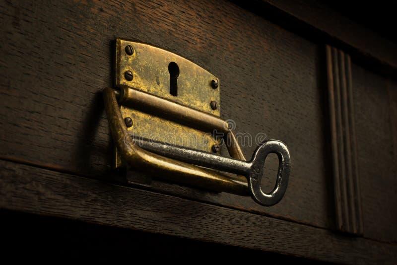 Alter rostiger Verschluss in einem hölzernen Fach mit einem Schlüssel stockfotos