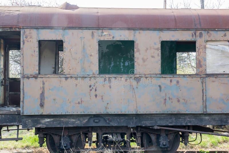 Alter rostiger Wagen, der im verlassenen Depot steht stockbild