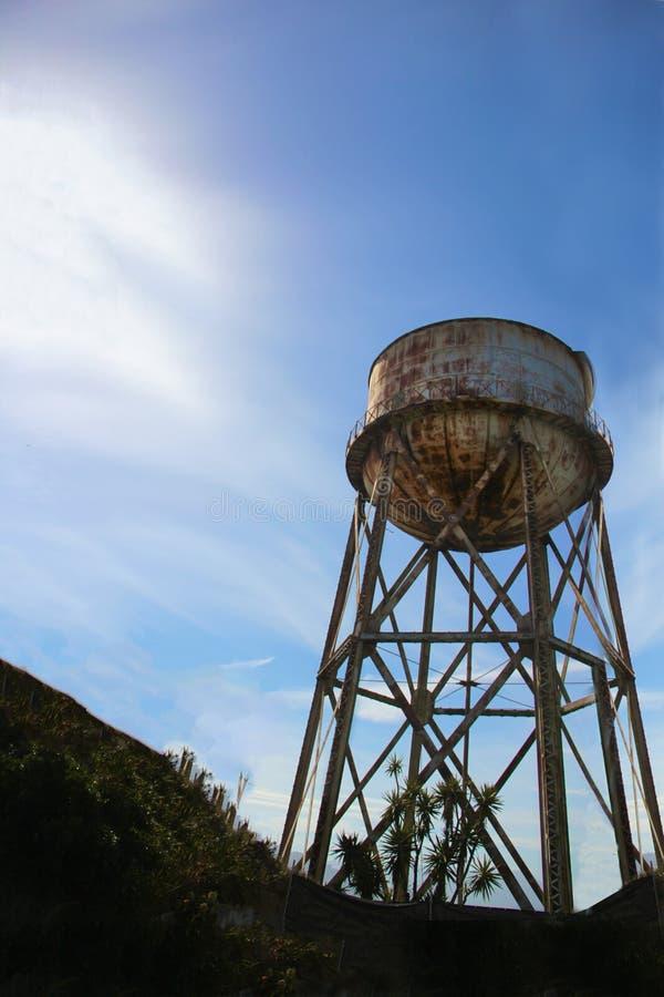 Alter rostiger Wasserbehälter auf Alcatraz-Insel in San Francisco, Kalifornien lizenzfreie stockbilder